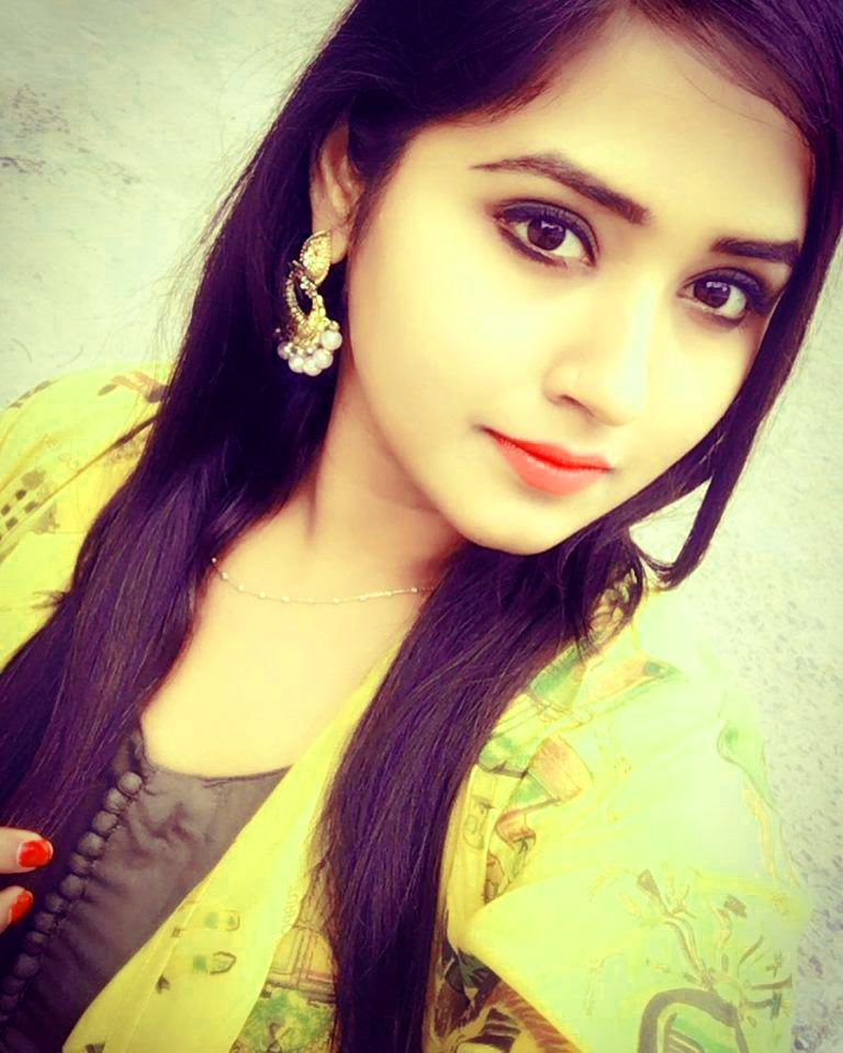 Beautiful girl selfie Images Wallpaper Pics Download