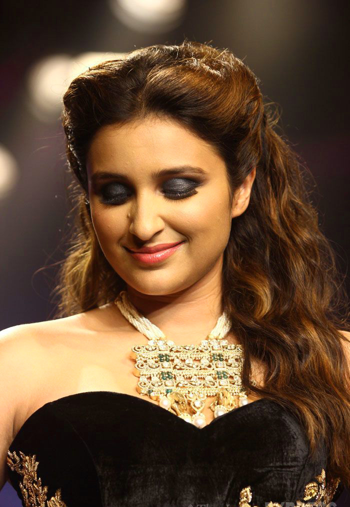 PARINEETI CHOPRA IMAGES WALLPAPER FREE DOWNLOAD